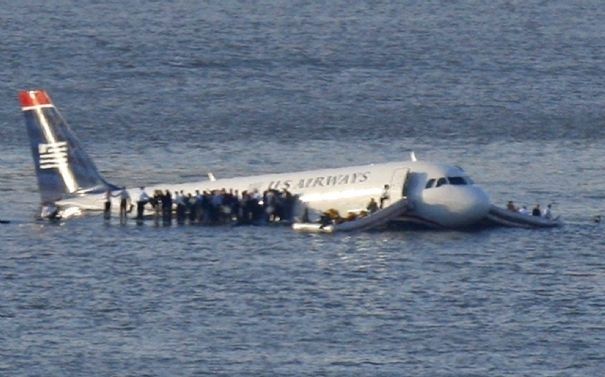crash-3-passengers-stand-on-the-wings-of-a-u-s-airways-plane-as-a-ferry-pulls-up-to-it-after-it-landed-in-the-hudson-river-in-new-york_438.jpg