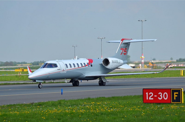 800px-Learjet_75_N446LJ_at_PRG_01.jpg