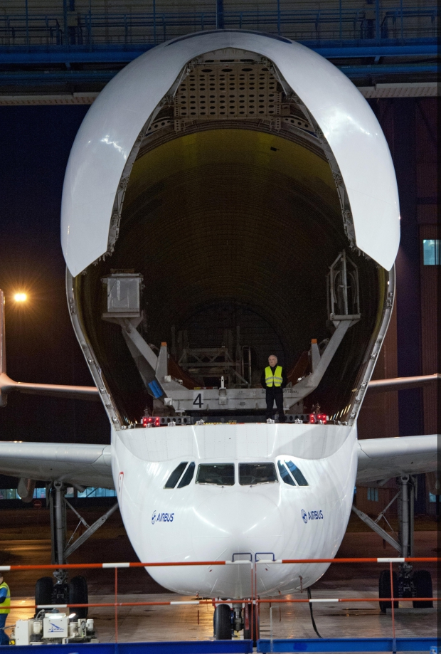 BELUGA_A350_XWB_right_wing_unloading.jpg