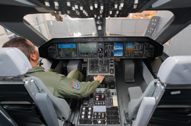 KC-390_cockpit_mock_up-johnson.jpg