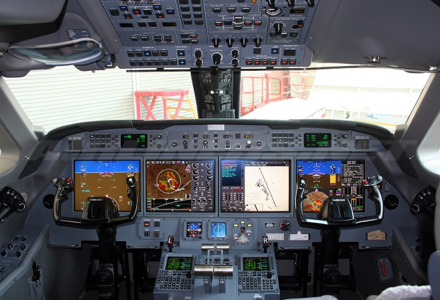 Gulfstream_G550_flight_deck.jpg