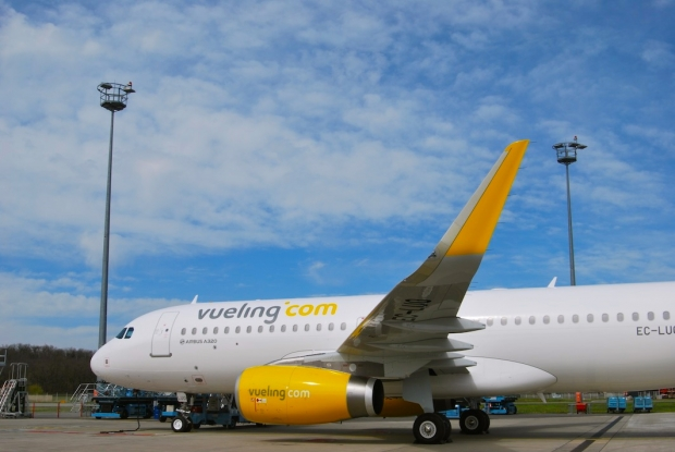 Vueling Airbus A320 with Sharklet wingtips.jpg