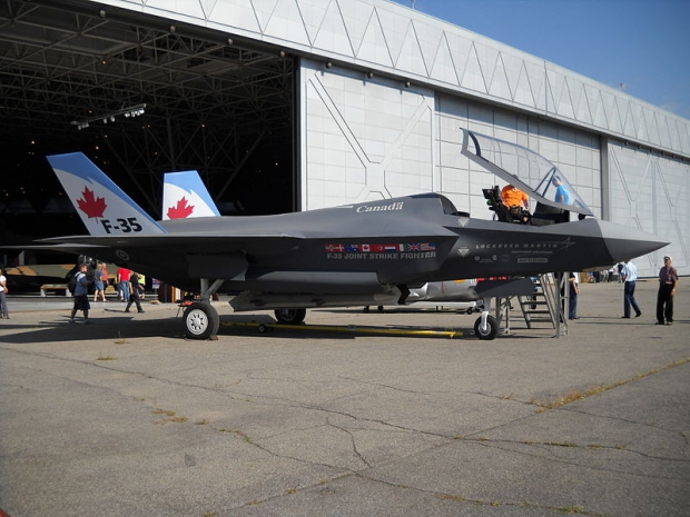 800px-Lockheed_Martin_F-35_Lightning_II_mock-up_04.jpg
