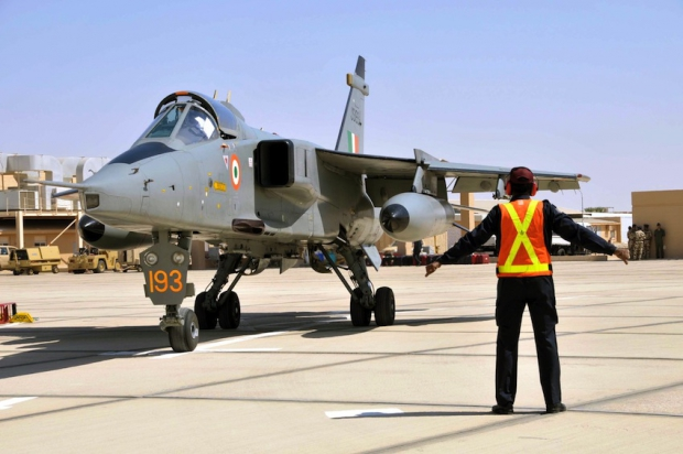 20091026123912Photo-12_-_An_IAF_marshaller_receiving_a_Jaguar_at_the_apron6.jpg